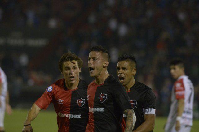 Desahogo. Fértoli le grita el gol a la tribuna. Cacciabue y Figueroa acompañan.