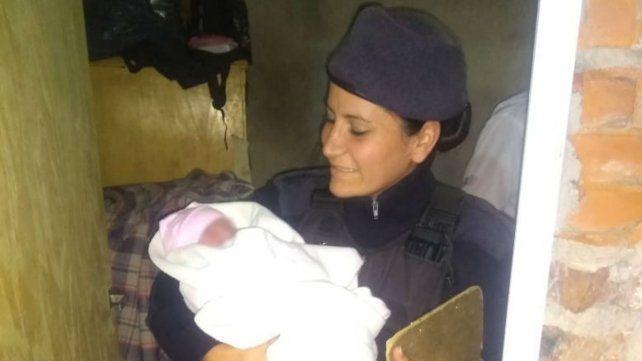 Todo salió bien. Fernández sostiene a la bebé a la que ayudó a nacer.