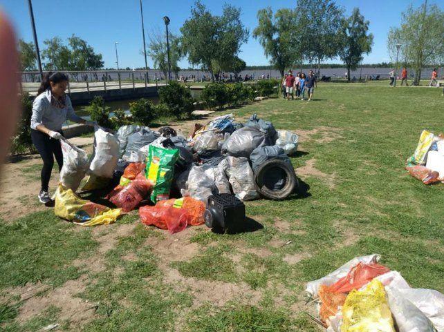 Montaña. En pocas horas unos 150 voluntarios recolectaron 1.000 kilos de basura en las costas del río.