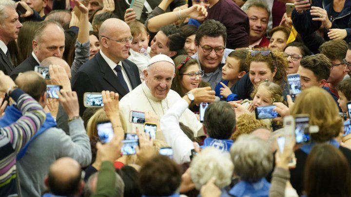 Emociones. El Papa es saludado ayer por centenares de fieles que visitaron el Vaticano.