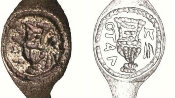 El anillo de bronce y un mapa de su relieve