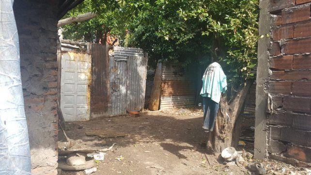 Derribada. La puerta de chapa de la casilla donde estaba Nair quedó tirada tras el ingreso de los sicarios.