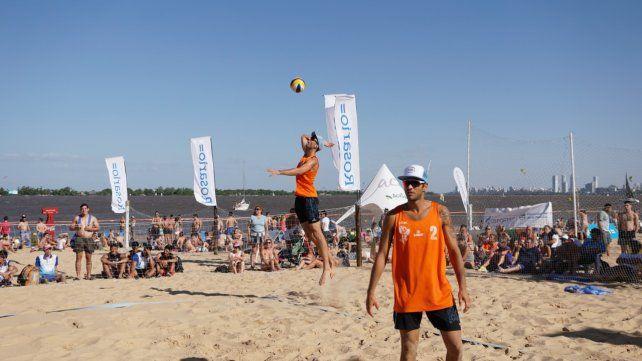 Vóley de playa. Nicolás Capogrosso (al saque) y Nicolás Fernández fueron de oro.