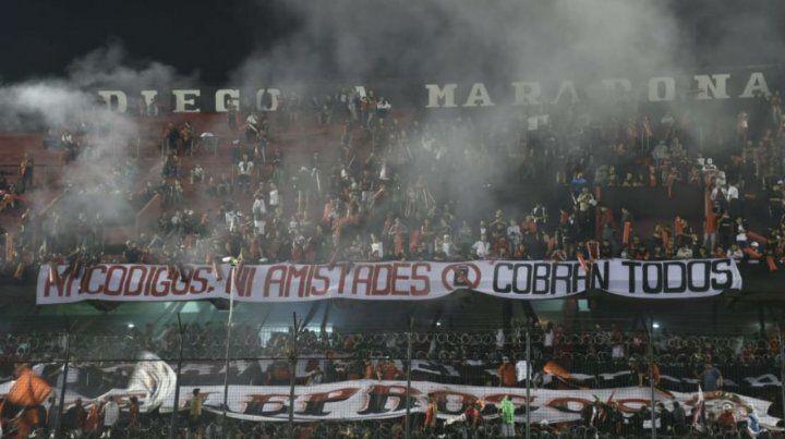 Intimida. La bandera que se mostró en la tribuna Diego Maradona fue la última en retirarse.