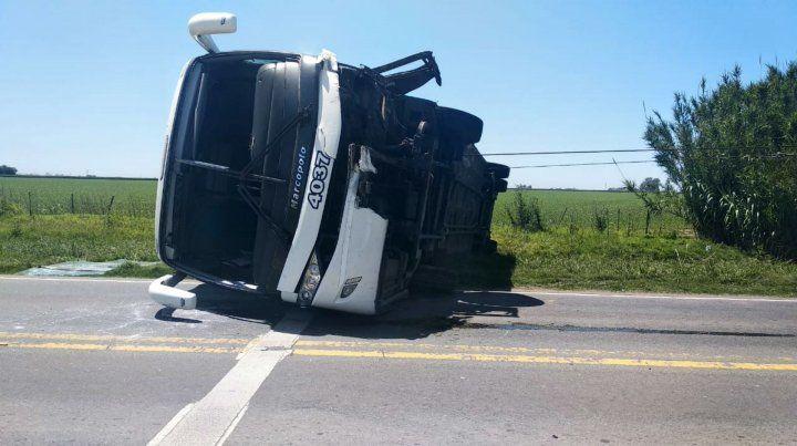 Chocó su auto contra un ómnibus y el micro volcó en la ruta