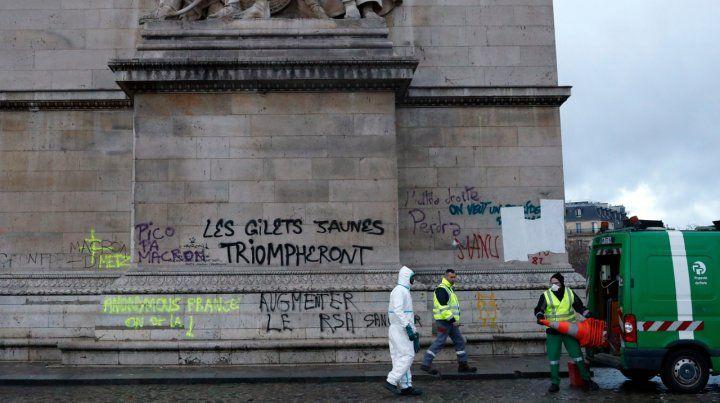 El Arco del Triunfo también fue vandalizado.