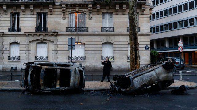 Más de cien automóviles fueron incendiados durante las protestas.