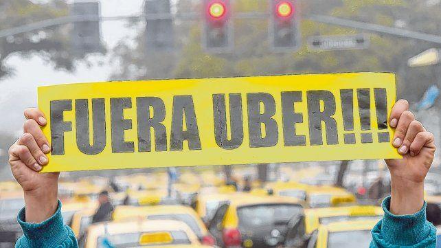 Resistencia. Los taxistas rosarinos se vienen manifestando en contra del desembarco de aplicaciones que permiten solicitar viajes.