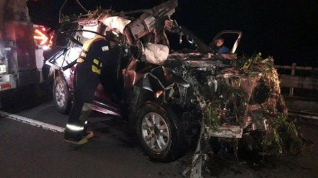Fuera de control. La camioneta Toyota se despistó en la ruta 12 y cayó desde un puente a un arroyo.