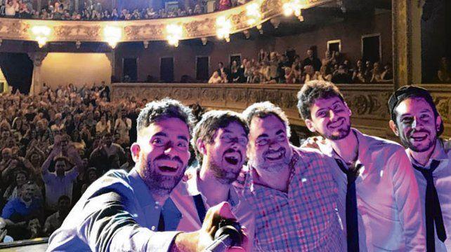 La selfie. Moldavsky junto a sus músicos y su hijo. De fondo