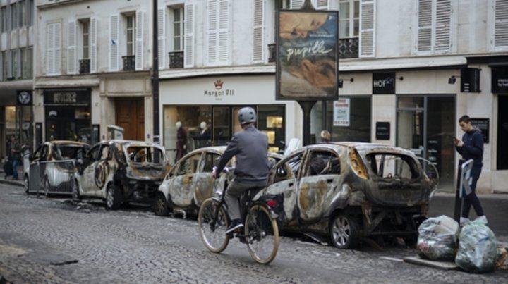 desolador. Una calle aledaña al Arco de Triunfo todavía exhibía ayer una hilera de autos incinerados.
