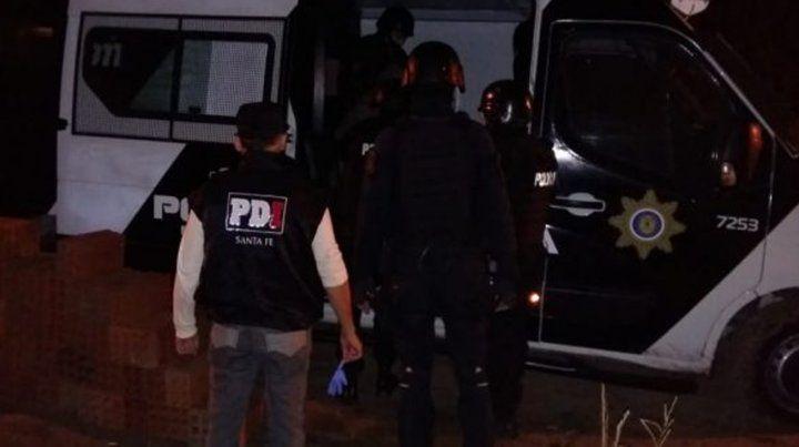 Una brigada policial que buscaba a un prófugo fue recibida con agua hirviendo