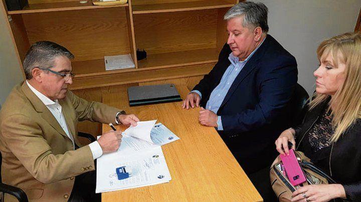 impulso. El senador Traferri recibió la iniciativa de manos de González.