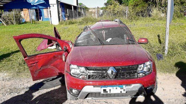 destrozo lateral. El Renault Duster donde iban la mujer y sus hijos.