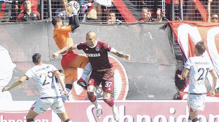 Seguridad. El arquero controla el balón en lo alto durante el partido con Lanús en el Coloso