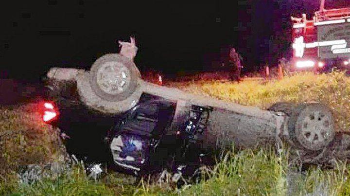 Accidente. Madre e hijo escapaban en el auto de su víctima y volcaron.