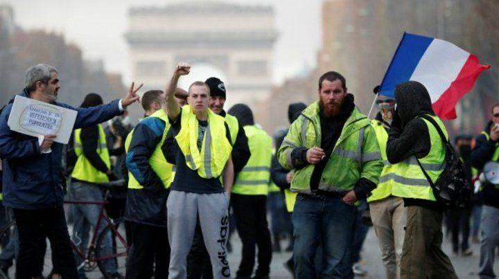 Los miembros de los chalecos amarillos por la vestimenta de seguridad  fluorescente que todos los conductores franceses están obligados a  llevar en sus autos.