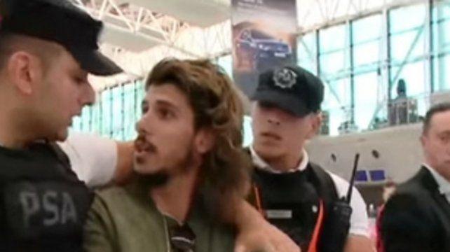 Ezeiza. Momento en que la PSA traslada al joven del hall del aeropuerto.