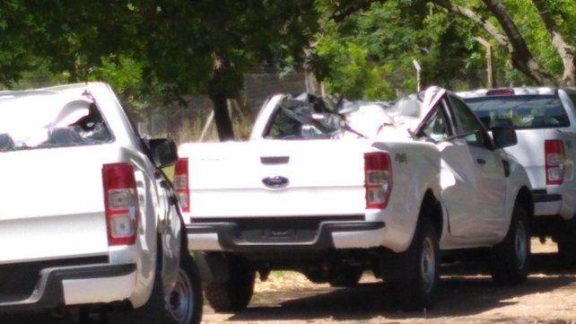 Transportaba camionetas 0km, calculó mal en un puente y las arruinó