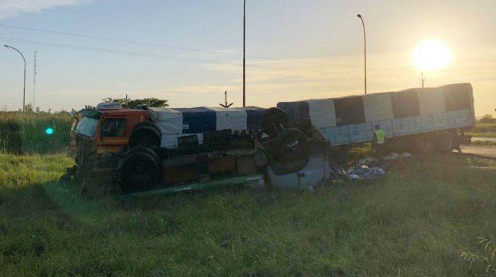 Dos camiones chocaron violentamente en Totoras y sus choferes quedaron atrapados