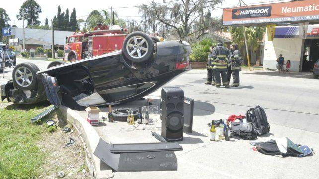 El Audi A5, ruedas para arriba y los objetos que los ladrones habían robado en Roldán.