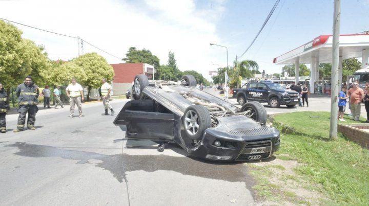 Banda en fuga choca y vuelca en el centro de Funes tras cometer un asalto en Roldán