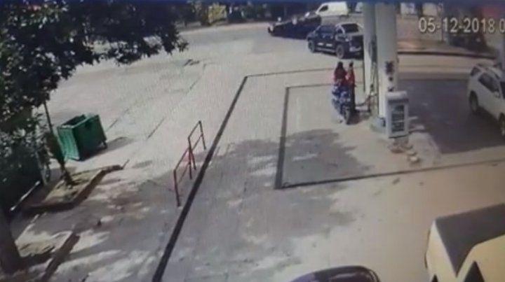 El video que muestra cómo volcó el auto de los ladrones que robaron una casa en Roldán