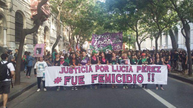 Las mujeres marchan por las calles de Rosario para reclamar justicia por Lucía Pérez.