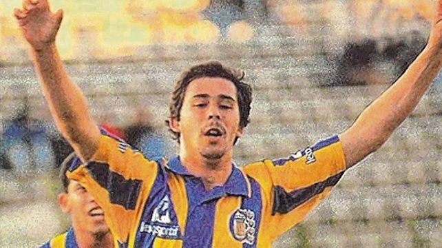 Otros tiempos. Vitamina festeja un gol con la camiseta de Central. Fue campeón de la Conmebol 95. <br>