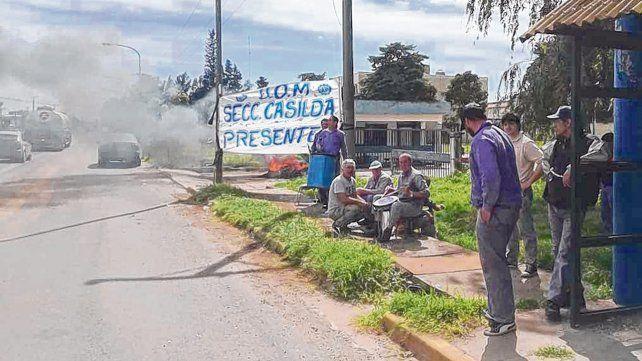 Los trabajadores de Marani exteriorizaron el conflicto quemando neumáticos sobre la ruta 33.
