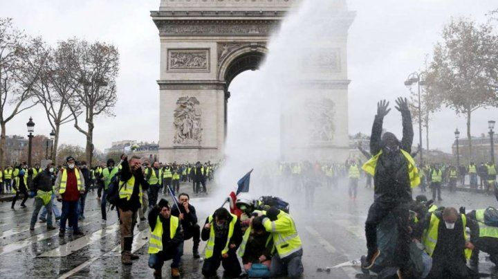 Macron eliminó el impuesto a las naftas para calmar las protestas