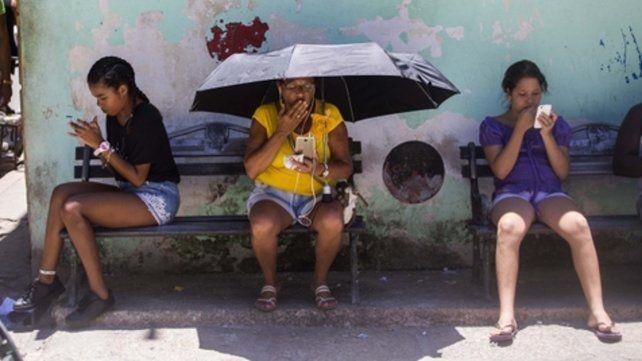 En la red. La tecnología con la que los cubanos podrán conectarse a internet será de tercera generación (3-G).