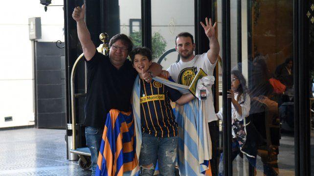 Padres e hijos fueron a recibir a los jugadores al hotel de Mendoza.