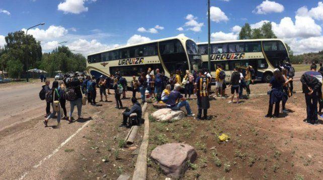 Micros y autos que van a la final demorados en el ingreso a Mendoza