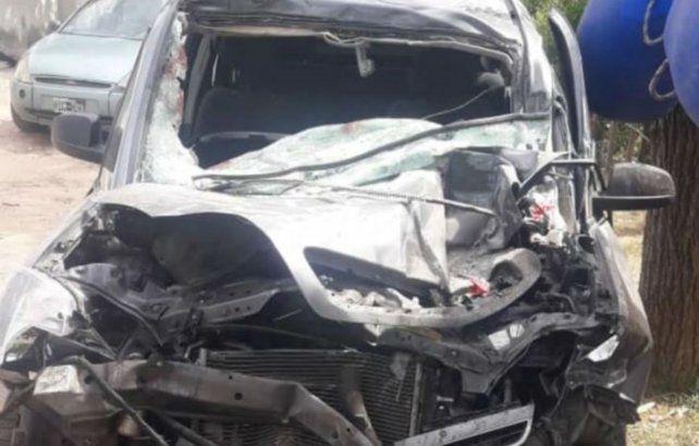 Así quedó la Chevrolet Meriva tras colisionar contra un camión Iveco.