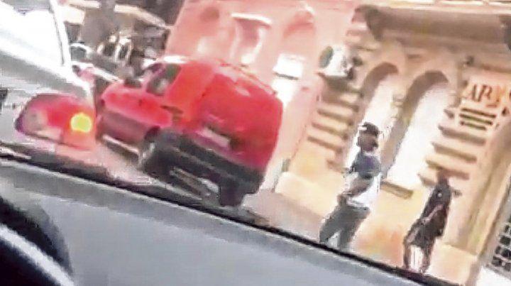 Un conductor quedó en medio de la trifulca y captó esta imagen con su celular.