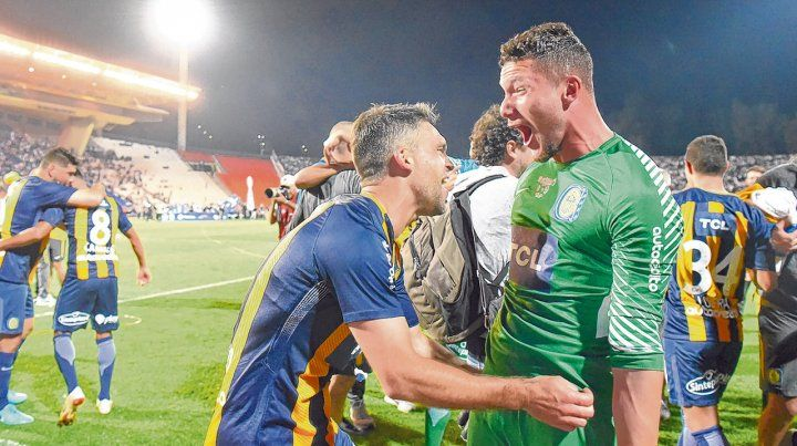 La boca llena de felicidad. Ledesma y Caruzzo gritan con fuerza tras la conquista del título.