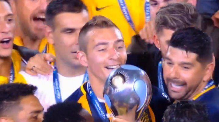 El momento en que Central levanta la copa y recibe las medallas
