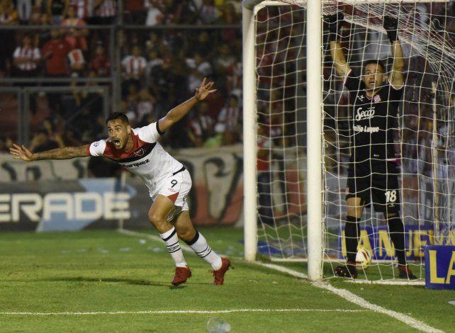 El primero del Polaco. Fydriszewski inicia la corrida para festejar el gol que abrió el camino a la victoria. Carranza lo sufre.