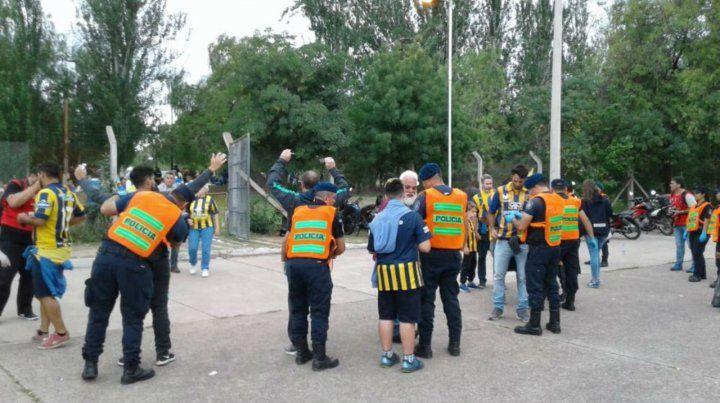 Las policía revisa a los hinchas canallas en una de las entradas al estadio Malvinas Argentinas de Mendoza.