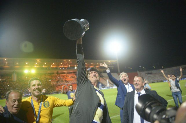 Alta la copa. Bauza entró en la historia canalla: campeón como jugador y como DT.