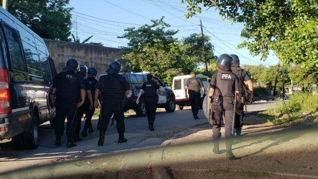 Personal de la Policía Federal en Villa Banana.