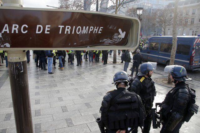 Los incidente se dieron hoy también en torno al Arco del Triunfo.