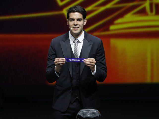 El exdelantero brasileño Ricardo Kaká exhibe el nombre de Argentina tras extraer una de las bolillas.