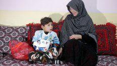Murtaza y su mamá. El niño, de 7 años, recibió una camiseta de Messi.