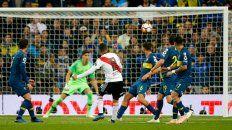 Entró allá arriba. Juan Fernando Quintero ingresó en el complemento y marcó el gol que rompió el empate en el inicio del segundo tiempo del suplementario del superclásico en Madrid.