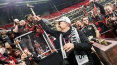 El martillo. El Tata se divierte con un ritual de Atlanta, ante su público.