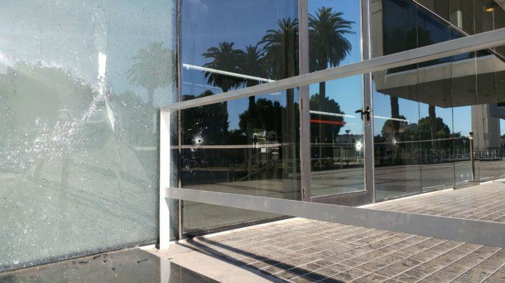 Una bala dio de lleno en uno de los vidrios del Centro de Justicia Penal.