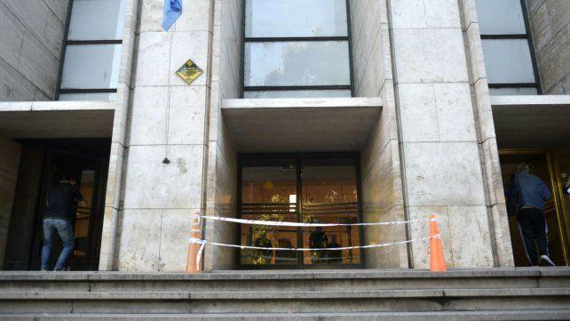 La puerta de Tribunales, clausurada tras la balacera de la madrugada del lunes.