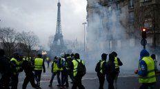 Chalecos amarillos en medio de los gases lacrimógenos cerca de la Torre Eifel, durante las protestas del pasado sábado 8 de diciembre.